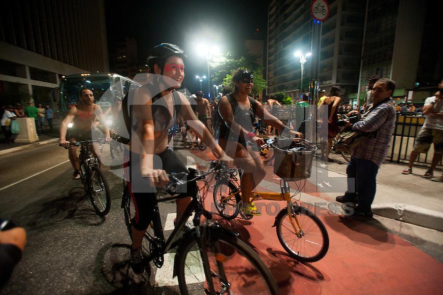 sÃO PAULO,SP, 05.03.2016 - PEDALADA PELADA-SP - Ciclistas participam da 5ª  edição da Pedalada Pelada, protestando nus contra os atropelamentos. Na avenida Paulista, nesse sábado 05. (Foto: Gabriel Soares/Brazil Photo Press)