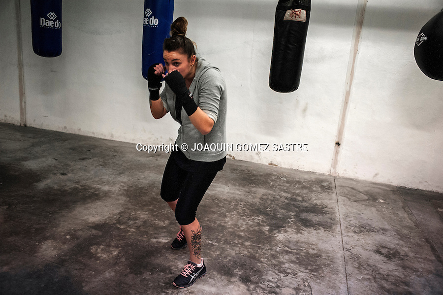 Training session ammateur Alba Santos boxer in a gym in Alicante.