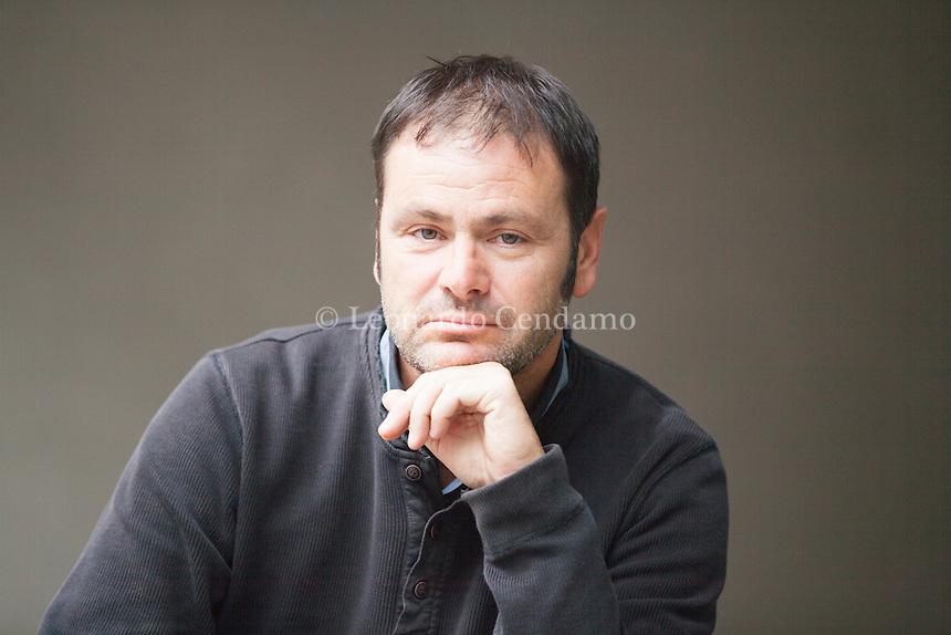 Scrittore francese Éric Chevillard, appartiene proprio a quest'ultima categoria. È un materiale incandescente, magmatico e ipnotico, affabulatorio e fantastico. Ci svela aspetti della realtà filtrati attraverso una visione assolutamente originale. Pordenonelegge settembre 2016. © Leonardo Cendamo
