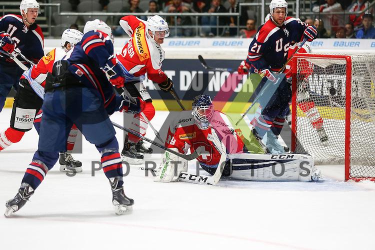 Ben HANOWSKI (USA, li.) schiesst den Anschlusstreffer zum 4:3 gegen Sandro ZURKIRCHEN (Torwart SUI), <br /> <br /> Eishockey, Deutschland-Cup 2015, Augsburg, Schweiz - USA, 07.11.2015,<br /> <br /> Foto &copy; PIX-Sportfotos *** Foto ist honorarpflichtig! *** Auf Anfrage in hoeherer Qualitaet/Aufloesung. Belegexemplar erbeten. Veroeffentlichung ausschliesslich fuer journalistisch-publizistische Zwecke. For editorial use only.