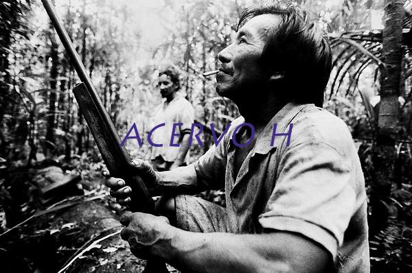 &Iacute;ndio Werekena, morador da comunidade de Anamoim no alto rio Xi&eacute;, aguarda os companheiros que  preparam  um pacote de pia&ccedil;aba  chamada de      &quot; pira&iacute;ba &quot;  (Leopold&iacute;nia p&iacute;assaba Wall),ap&oacute;s cort&aacute;-la.  A  &aacute;rvore que normalmente aloja os mais variados tipos de insetos representando um grande risco aos &iacute;ndios durante sua coleta . A fibra  um dos principais produtos geradores de renda na regi&atilde;o &eacute;  coletada de forma rudimentar. At&eacute; hoje &eacute; utilizada na fabrica&ccedil;&atilde;o de cordas para embarca&ccedil;&otilde;es, chap&eacute;us, artesanato e principalmente vassouras, que s&atilde;o vendidas em v&aacute;rias regi&otilde;es do pa&iacute;s.<br />Alto rio Xi&eacute;, fronteira do Brasil com a Col&ocirc;mbia a cerca de 1.000Km oeste de Manaus.<br />06/06/2002.<br />Foto: Paulo Santos/Interfoto Expedi&ccedil;&atilde;o Werekena do Xi&eacute;<br /> <br /> Os &iacute;ndios Bar&eacute; e Werekena (ou Warekena) vivem principalmente ao longo do Rio Xi&eacute; e alto curso do Rio Negro, para onde grande parte deles migrou compulsoriamente em raz&atilde;o do contato com os n&atilde;o-&iacute;ndios, cuja hist&oacute;ria foi marcada pela viol&ecirc;ncia e a explora&ccedil;&atilde;o do trabalho extrativista. Oriundos da fam&iacute;lia ling&uuml;&iacute;stica aruak, hoje falam uma l&iacute;ngua franca, o nheengatu, difundida pelos carmelitas no per&iacute;odo colonial. Integram a &aacute;rea cultural conhecida como Noroeste Amaz&ocirc;nico. (ISA)