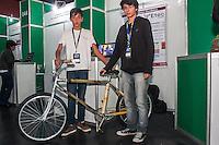 SÃO PAULO, SP, 21.10.2014 -  8ª FEIRA DE TECNOLOGIA DO CENTRO PAULA SOUZA (FETEPS) - Alunos da ETEC de Piedade exibem, na 8ª Feira de Tecnologia do Centro Paula Souza a Eco Bike, um protótipo de bicicleta construida a partir do bambú, na tarde desta terça-feira (21), em São Paulo. Ao todo são 244 projetos desenvolvidos por estudantes das ETECs e FATECs do estado de São Paulo, 15 projetos desenvolvidos por alunos de outros países e mais 5 de outros estados do Brasil. (Foto: Taba Benedicto/ Brazil Photo Press)