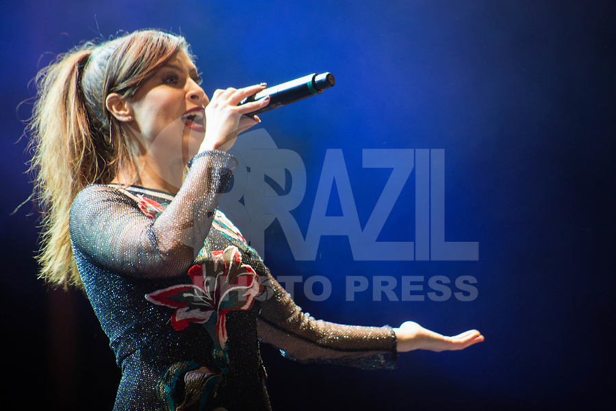 SÃO PAULO, SP, 09.07.2017- SHOW-SP- Cantora Pitty durante o encerramento da edição 2017 do Samsung E-Festival junto à Orquestra Juvenil do Heliópolis e do vencedor da edição, Fernando Molinari Trio, no Auditório Externo do Parque do Ibirapuera, zona Sul de SP, neste domingo, 09 (Foto: Patrícia Devoraes/ Brazil Photo Press)