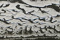 4415/Eis: EUROPA, DEUTSCHLAND, SCHLESWIG- HOLSTEIN 22.01.2006 Eis an der Elbe. Durch die Gezeiten werden bei Flut die sich gebildeten Eisschollen am Strand abgelagert, Bizarre Formen der Eisschollen am Elbstrand.