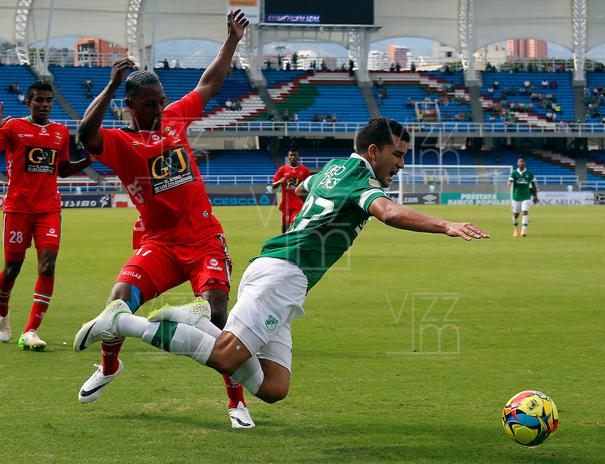 CALI -COLOMBIA-16-03-2014. Nestor Camacho (Der.) jugador del Deportivo Cali disputa el balón con Dany Aguilar (Izq.) jugador del Patriotas FC durante partido de la 11 fecha de la Liga Postobon I 2014, jugado en el estadio Pascual Guerrero de Cali. / Nestor Camacho (R)  player of Deportivo Cali fights for the ball with Arquero Dany Aguilar (L) player of Patriotas FC during a match for the 11th date of the Liga Postobon I 2014 at the Pascual Guerrero stadium in Cali city.  Photo: VizzorImage/ Juan C Quintero /STR