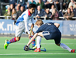 AMSTELVEEN - Roderick Tam (SCHC) met Gijs van Wagenberg (Pinoke). Hoofdklasse competitie heren. Pinoke-SCHC (0-1) . COPYRIGHT  KOEN SUYK