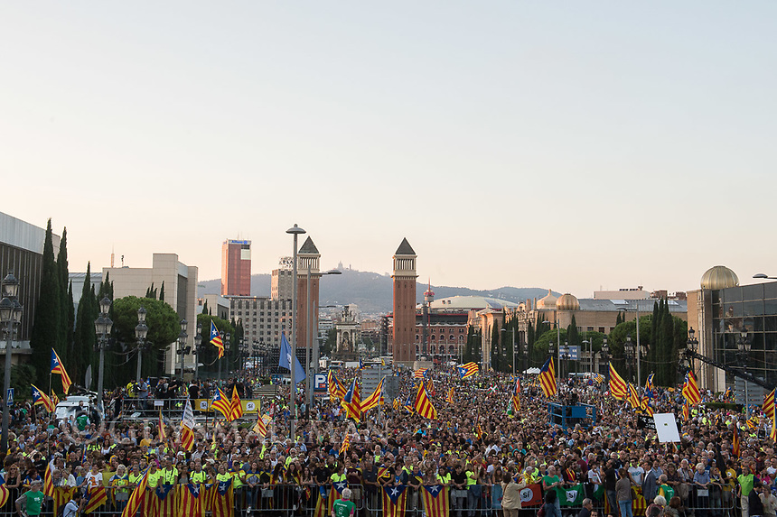 Catalan independence rally 29-9-17 A crowd of tens of thousands gathers in Palca Espana in central Barcelona to hear speeches from politicians and music from local bands in support of independence. 29-9-17