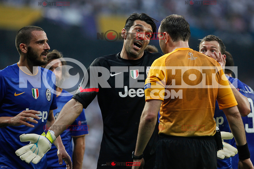 Juventus´s Gianluigi Buffon argues with the referee during the Champions League semi final soccer match between Real Madrid and Juventus at Santiago Bernabeu stadium in Madrid, Spain. May 13, 2015. (ALTERPHOTOS/Victor Blanco) /NortePhoto.COM