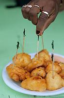 """Iles Bahamas / New Providence et Paradise Island / Nassau: Beignets de Conque ou Lambi """"Conch Fritters """" spécialité emblématique de la cuisine bahamienne dans un petit restaurant de rue du Marché de Potter's Cay sous le pont de Paradise Island"""