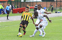 BERNA - COLOMBIA -02-023-2014:  (Izq.) jugador de Alianza Petrolera disputa el balón con  (Der.) jugador del Once Caldas durante partido de la novena fecha de la Liga Postobon I 2014, jugado en el estadio Stade de Suisse Wankdorf de la ciudad de Berna. /  (L)  player of Alianza Petrolera vies for the ball with  (R) player of Once Caldas during a match for 9th date of the Liga Postobon I 2014 at the Stade de Suisse Wankdorf stadium in Berna city. Photo:VizzorImage / Jaime Moreno / STR