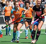 AMSTELVEEN  - Florentine Blom (Gro) met Charlotte Vega (A'dam)    Hoofdklasse hockey dames ,competitie, dames, Amsterdam-Groningen (9-0) .     COPYRIGHT KOEN SUYK