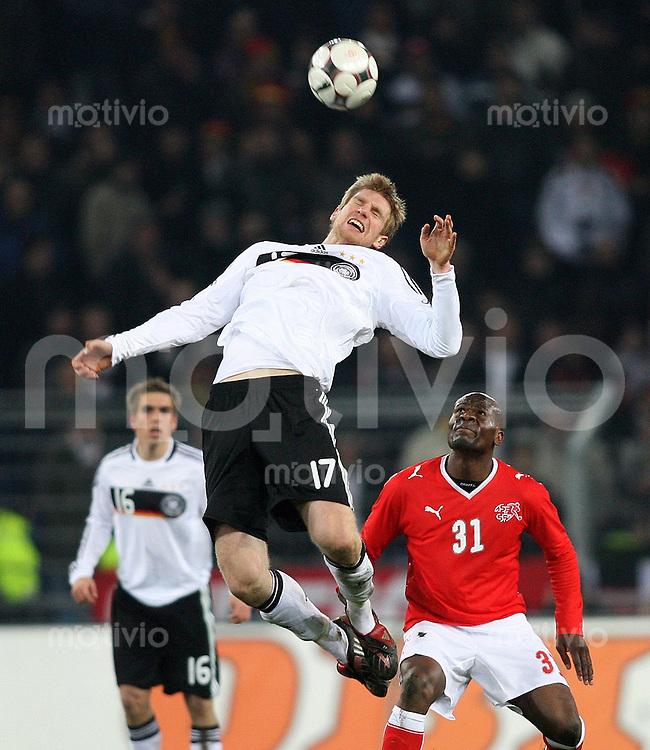 Fussball     International     Testspiel    26.03.2008 Schweiz  0-4  Deutschland  Per Mertesacker (GER,li) gegen Blaise Nkufo (SUI,re)