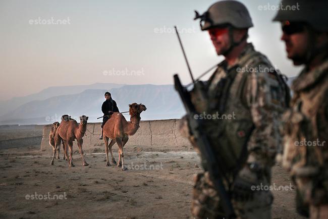 Afghanistan, 25.10.2011, Nawabad. Gemeinsame Patrouille der Bundeswehr und afghanischer Armee in/um Nawabad. Die in Kundus stationierte 3. Task Force (ISAF) der Bundeswehr beginnt im Oktober 2011 die mehrtaegige Operation Orpheus. Durch Patrouillen in und um die Kleinstadt Nawabad (Dirstrikt Chahar Dareh) westlich von Kundus, Nordafghanistan, versuchen die rund 100 Infanteristen Rueckzugsorte Aufstaendischer unmoeglich zu machen. Unterstuetzt werden sie dabei durch einen Zug afghanischer Soldaten. Joint patrol of german Bundeswehr and Afghan National Army in and around Nawabad. In October 2011 Kunduz based 3.Task Force started a several days operation in and around Nawabad (District Chahar Dareh), west of Kunduz, northern Afghanistan. During the Operation Orpheus about 100 german infantry soldiers went out for patrols through the town and surrounding areas, which were expected as a retreat zone of insurgents. A platoon of afghan soldiers supports the german forces. © Timo Vogt/Est&Ost, NO MODEL RELEASE !!