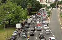 SAO PAULO, SP, 11 MARCO 2013 - TRANSITO EM SAO PAULO -  Transito intenso na Avenida 23 de maio sentino região sul na altura da Liberdade na manhã desta segunda-feira, 11. (FOTO: LEVY RIBEIRO / BRAZIL PHOTO PRESS)