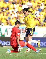 BARRANQUILLA - COLOMBIA -22-03-2013: Radamel Falcao García (Der.) de Colombia disputa el balón con Carlos Arias (Izq.) de Bolivia durante  partido Colombia - Bolivia en el Estadio Metropolitano Roberto Meléndez en la ciudad de Barranquilla, marzo 22 de 2013. Partido de la 11 ª fecha de las Clasificatorias Sudamericanas para la Copa Mundial de la FIFA Brasil 2014. (Foto: VizzorImage / Luis Ramírez / Staff). Radamel Falcao García (R) of Colombia figths the ball with Carlos Arias (L) of Bolivia during a match Colombia - Bolivia  at the Metropolitan Stadium Roberto Melendez in Barranquilla city, on March 16, 2013. Game of the 11th round of the South American Qualifiers for the FIFA World Cup Brazil 2014. (Photo: VizzorImage / Luis Ramirez / Staff.)
