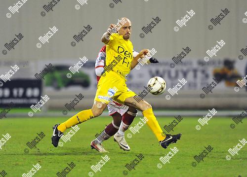 2012-03-02 / Voetbal / seizoen 2011-2012 / R. Antwerp FC - Waasland Beveren / Jurgen Cavens (Waasland Beveren) in duel..Foto: Mpics.be