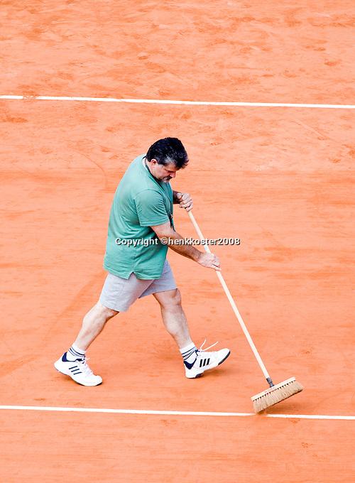 28-5-08, France,Paris, Tennis, Roland Garros, Court maintenance, sweeping the lines