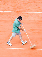 28-5-08, France,Paris, Tennis, Roland Garros, Court maintenance, sweeping the lines