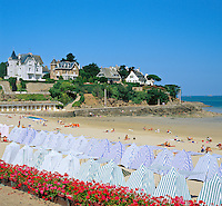 France, Brittany, Département Ille-et-Vilaine, Dinard: Beach scene with changing tents | Frankreich, Bretagne, Département Ille-et-Vilaine, Dinard: beliebter Badeort auch Nizza des Nordens genannt
