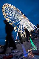 Europe/France/Ile-de-France/75001/Paris:   Tour Eiffel souvenir miniature  sur l'étal d'un marchand à la sauvette et  Grande roue, Place de la Concorde