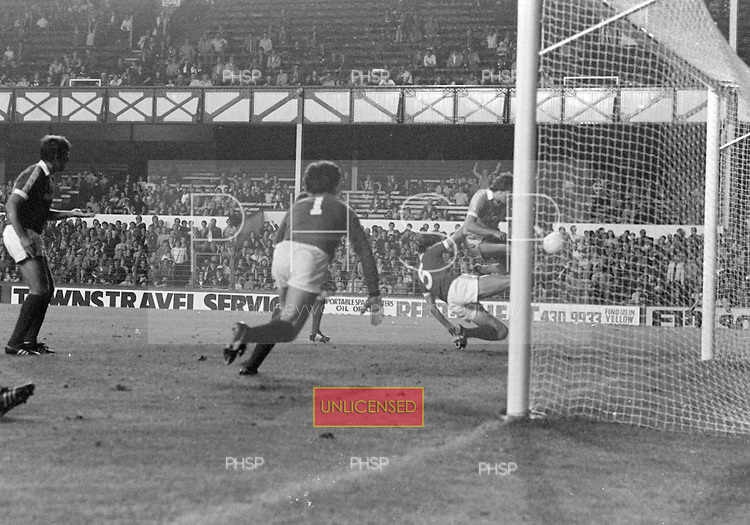 26/08/1980 Everton v Blackpool League Cup 2nd Round 1st Leg .Wayne Harrison fails to connect in front of goal....© Phill Heywood.