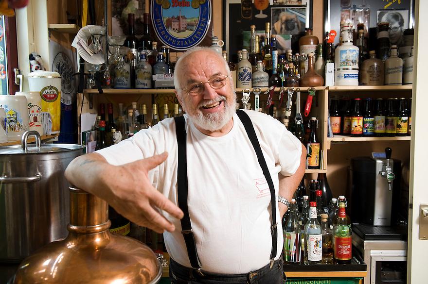 Nederland, Almere, 4 aug 2010.Ambachtelijke Bierbrouwerij 't Koelschip..Brouwerij in woonhuis in Almere. Eigenaar Jan Nijboer..Brouwt vele soorten bier, waaronder het sterkste bier ter wereld. Maakt ook whisky en nederlandse cognac..Alles in kleine hoeveelheden, er is geen personeel...Foto Michiel Wijnbergh..Craft brewery ' Koelschip..Brewery house in Almere, the netherlands. Owner Jan Nijboer..Brews several beers, including the strongest beer in the world. Dutch also makes whiskey and cognac..All in small quantities, there is no staff.
