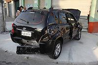 FOTO EMBARGADA PARA VEICULOS INTERNACIONAIS. SAO PAULO, SP, 19/09/2012, ACIDENTE + SEQUESTRO. Manha agitada na Z. Norte de Sao Paulo, um acidente na R. Voluntarios da Patria desencadeou uma sequencia de ocorrencias. O motorista de um Honda apos bater contra um Tucson e te-lo feito capotar, ainda roubou o carro da vitima e o agrediu, que segundo testeminhas estava alcoolizado, tudo isso aconteceu na R Voluntarios da Patria altura do numero 1850. Na fuga ao chegar na altura do numero 1200, ainda bateu contra uma loja. Luiz Guarnieri/ Brazil Photo Press.