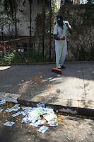 """ATENCAO EDITOR IMAGEM EMBARGADA PARA VEICULO INTERNACIONAL- SAO PAULO, SP 07/10/2012- ELEICOES SAO PAULO- SUJEIRA RUAS- Varias calcadas das escolas onde tem votacao, estao tomadas pelos """"santinhos"""" de candidatos que concorrem nessa eleicao de 2012. Foto: Luiz Guarnieri/ Brazil Photo Press."""