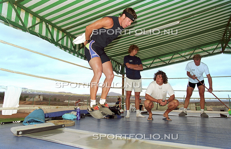 Spanje, Lanzarote, 14 september 2001.Trainingskamp Team Spaar Select.Gianni Romme doet een springtraining met een gewicht op zijn rug..Peter Mueller (3e van r) kijkt toe.