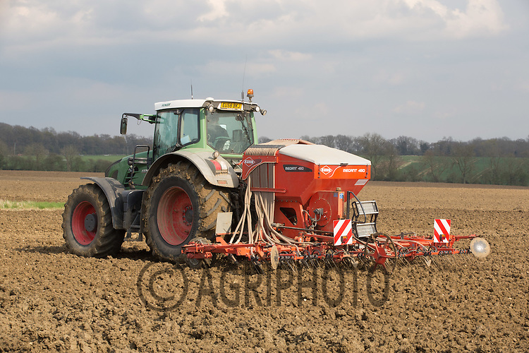 Fendt tractor Spring drilling with  a pneumatic seed drill   <br /> Picture Tim Scrivener 07850 303986 <br /> scrivphoto@btinternet.com<br /> &hellip;.covering agriculture in the UK&hellip;.
