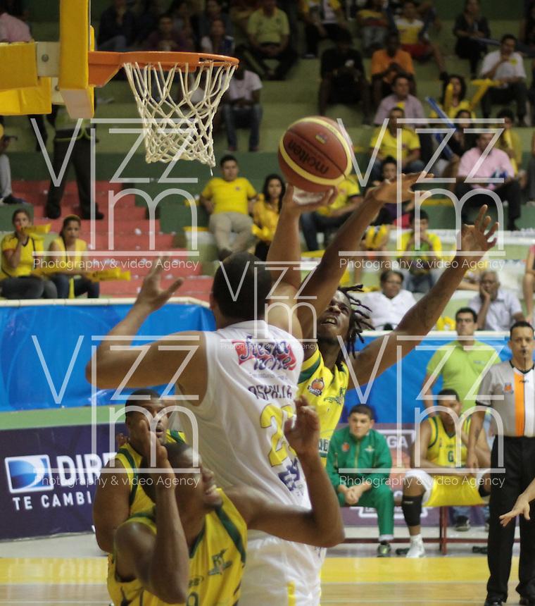 BUCARAMANGA -COLOMBIA, 11-06-2013. Asprilla (I) de Búcaros va por un balón perdido contra el jugador Reque Newsome (D) de Bambuqueros durante el juego 4 de la final en la Liga DirecTV de baloncesto Profesional de Colombia realizado en el Coliseo Vicente Díaz Romero de Bucaramanga./ Asprilla (L) of Bucaros goes for a loose ball against Bambuqueros player Reque Newsome (R) during the game 4 of the final on DirecTV professional basketball League in at Vicente Diaz Romero coliseum in Bucaramanga. Photo: VizzorImage / Jaime Moreno / STR