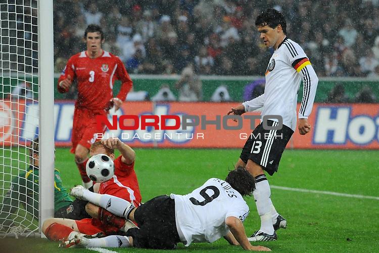 Fussball, L&auml;nderspiel, WM 2010 Qualifikation Gruppe 4 in M&ouml;nchengladbach ( Borussia Park ) <br />  Deutschland (GER) vs. Wales ( GB ) 1:0 ( 0:0 )<br /> <br /> Patrick Helmes ( GER / Bayer 04 Leverkusen #09 ) mit der Chance zum 1:0 - Wayne  Hennessey (Wales #01) James Collins (Wales #05) am boden - li Michael Ballack (Ger /  Chelsea London #13) <br /> <br /> Foto &copy; nph (  nordphoto  )<br />  *** Local Caption ***