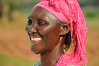 ANGOLA Kwanza Sul village Catchandja, rural development project of ACM-KS, portraet of woman with pink headscsarf / ANGOLA Kwanza Sul, laendliches Entwicklungsprojekt ACM-KS, Dorf Catchandja, Portraet einer Frau mit rosa Kopftuch - NUR FÜR REDAKTIONELLE NUTZUNG, Kein PR !