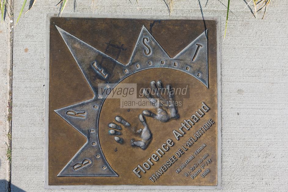 France, Bretagne, (29), Finistère, Brest: Plaque représentant des navigateurs célèbres, à la Marina du  Château, au port. Florence Arthaud