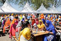 Nederland Almere 2016 05 08.  Sikhs vieren Vaisakhi. Nagar Kirtan optocht. Halverwege de tocht krijgen de deelnemers een Indiase lunch.  Foto Berlinda van Dam / Hollandse Hoogte