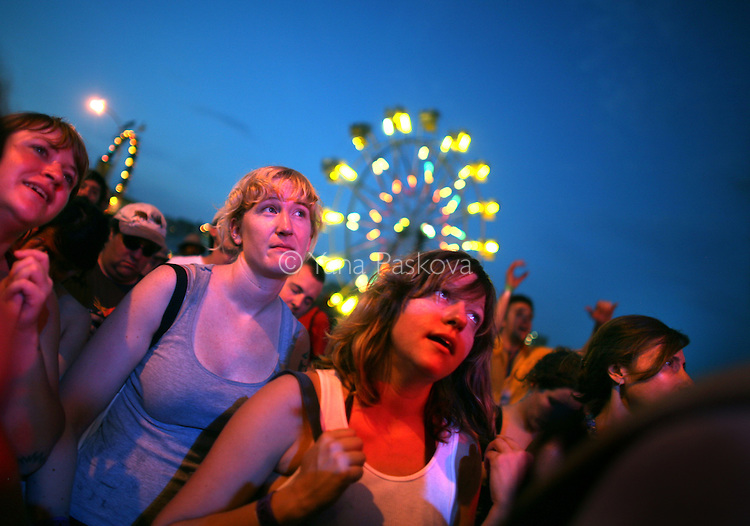 An audience watches the band Broken Social Scene perform at the Siren Music Festival in the Coney Island theme park in Brooklyn, New York, on Saturday, July 19, 2008. (Photo by: Yana Paskova for The New York Times)..Assignment ID: 30065211A