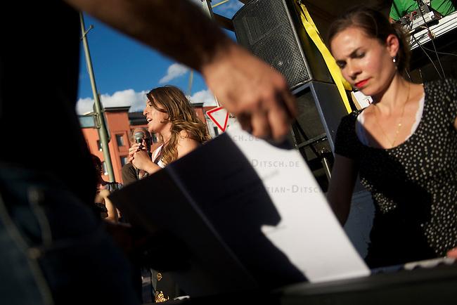 Mehrere hundert Menschen zogen am Freitag den 21. Juni 2013 mit einem Musik- und Tanz-Umzug durch Kreuzberg. Motto des Umzugs war das vom tuerkischen Praesidenten Erdogan kreierte Schimpfwort &quot;Capulcu&quot;, mit dem er die Demonstranten im Gezi-Park in Istanbul tituliert hatte. Seit dem wird diese Bezeichnung europaweit von widerspenstgen Menschen mit Stolz verwendet.<br />Im Bild: Am Kottbusser Tor wird fuer die &quot;Capulcus&quot; klassiche Opernmusik gespielt.<br />21.6.2013, Berlin<br />Copyright: Christian-Ditsch.de<br />[Inhaltsveraendernde Manipulation des Fotos nur nach ausdruecklicher Genehmigung des Fotografen. Vereinbarungen ueber Abtretung von Persoenlichkeitsrechten/Model Release der abgebildeten Person/Personen liegen nicht vor. NO MODEL RELEASE! Don't publish without copyright Christian-Ditsch.de, Veroeffentlichung nur mit Fotografennennung, sowie gegen Honorar, MwSt. und Beleg. Konto:, I N G - D i B a, IBAN DE58500105175400192269, BIC INGDDEFFXXX, Kontakt: post@christian-ditsch.de<br />Urhebervermerk wird gemaess Paragraph 13 UHG verlangt.]