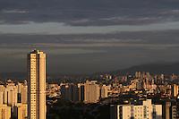 S&Atilde;O PAULO, SP, 21/02/2012, CLIMA TEMPO.<br /> <br /> S&atilde;o Paulo amanheceu nessa quarta-feira de cinzas com sol entre nuvens, a temperatura sobe rapidamente e deve chegar aos 30&ordm;C, no final do dia s&atilde;o esperadas pancadas de chuva.<br /> <br />  Luiz Guarnieri/ Brazil Photo Press