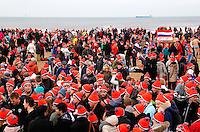 Opwarmen na de traditionele Nieuwjaarsduik in Scheveningen