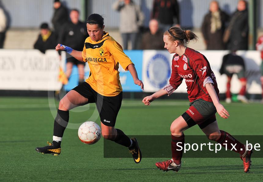 Dames Zulte Waregem - SK Lierse WD : duel tussen Ibtissam Bouharat (links) en Catherine Szynal.foto DAVID CATRY / Vrouwenteam.be