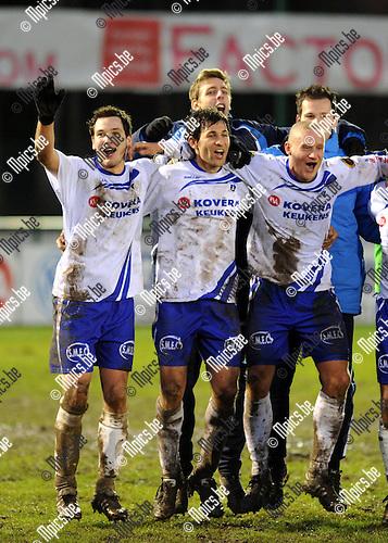 2011-12-18 / Voetbal / seizoen 2011-2012 / KSK Heist - Sp. Sint-Niklaas / Matchwinnaar Yusuf Özcan (midden) viert met zijn ploegmaats..Foto: Mpics.be