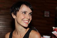 SAO PAULO, SP, 07 DE FEVEREIRO 2012. A atriz Debora Falabella, na pre-estreia para convidados do filme Reis e Ratos, no shopping Iguatemi, regiao sul de SP, na noite desta terca-feira, 07. (FOTO: MILENE CARDOSO - NEWS FREE)
