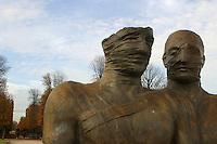 FRANCIA - Parigi - Giardini delle Tuileries - ottobre 2004 - Mostra di sculture di IGOR MITORAJ -.COPPIA REALE, bronzo (1998).In occasione dell'anno della Polonia vengono presentate a Parigi, dopo Cracovia, Varsavia e Roma una ventina di opere in bronzo e marmo - .Mitoraj nasce il 26/3/1944 a Oederan da madre polacca e padre francese -Ora vive tra Pietrasanta, dove ha lo studio, e Parigi