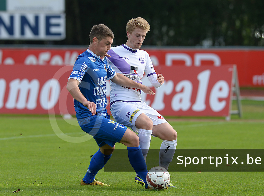 Knokke FC - SW Harelbeke : Simon Savaete (links) aan de bal voor Viktor Notebaert (r) <br /> Foto VDB / Bart Vandenbroucke