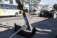SÃO PAULO, SP, 10.08.2015 - ACIDENTE-SP - Um automóvel colidiu com um poste e capota, o motorista sem CNH fugiu do local e uma passageira ocupante do automóvel foi socorrida para o PS Geral de Guainazes, na Av Maira Luiza Americano com a Av Lider no bairro de Itaquera região leste da cidade de São Paulo nesta segunda-feira, 10. (Foto: Marcos Moraes / Brazil Photo Press)