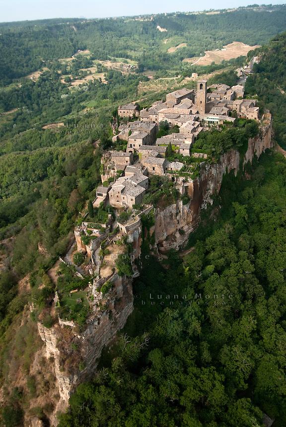 Civita di Bagnoregio, la rupe su cui si erge il borgo. Fotografia aerea. Civita di Bagnoregio, 13 luglio 2012...