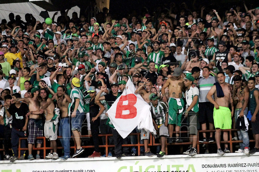 CUCUTA -COLOMBIA, 21-11-2015: Hinchas de Atlético Nacional animan a su equipo durante el partido con Cúcuta Deportivo por la fecha 20 de la Liga Aguila II 2015 disputado en el estadio General Santander de la ciudad de Cúcuta./ Fans of Atletico Nacional cheer for their team during the match against Cucuta Deportivo for the date 20 of the Aguila League II 2015 played at General Santander stadium in Cucuta city. Photo: VizzorImage / Manuel Hernandez /