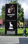 Nederland, Utrecht, 15-09-2010 Rel dreigt rond Gouden Kalf. Sinds gisteren staat het vier meter hoge Gouden Kalf, het beeldmerk van het Nederlands Film Festival, weer voor de Stadschouwburg. De eigenaar dreigt het beeld te zullen omsmelten als de gemeente het niet huurt of aankoopt. Tot nu toe werd het beeld gratis beschikbaar gesteld door de makers. de Gemeente Utrecht betaald alleen de transportkosten.FOTO: Gerard Til / Hollandse Hoogte