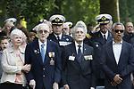 Foto: VidiPhoto<br /> <br /> RHENEN &ndash; Op ereveld de Grebbeberg in Rhenen zijn vrijdagmiddag voor het eerst in de geschiedenis de Nederlandse oorlogsvliegers van de beroemde RAF herdacht. Van het zogenoemde Dutch 320 squadron RAF liggen 25 piloten begraven op de Grebbeberg. Hiermee is een wens in vervulling gekomen van de vorig jaar in de VS overleden staartschutter Edward Hoenson. Hoenson vloog 89 oorlogsmissies en was drager van het Vliegerkruis. Hij overleed op 27 november 2017. Bij de herdenkingsbijeenkomst waren nabestaanden en drie veteranen. Onder andere de 98-jarige Andr&eacute; Hissink, een oud kameraad en strijdmakker van Hoenson, kwam over uit Canada. In totaal zijn 156 Nederlandse vliegeniers gesneuveld in de Tweede Wereldoorlog, van wie er 56 nog als vermist staan geregistreerd. Foto: Andr&eacute; Hissink (2e van links) zingt het Wilhelmus.