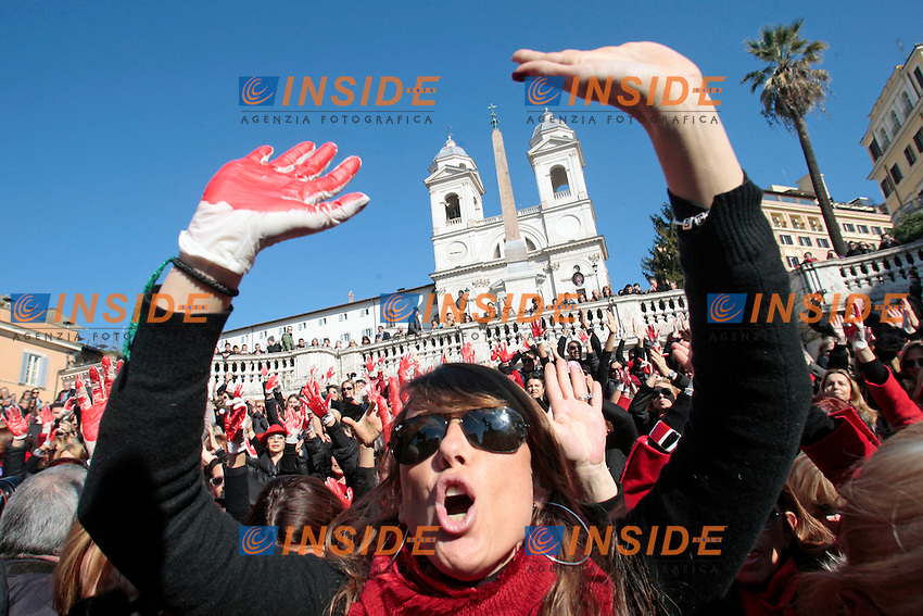 .Roma 14/02/2013 Trinita' de' Monti, Piazza di Spagna. Flash mob 'One billion rising' Hands off Women, contro la violenza sulle donne. Centinaia di donne si sono radunate a Piazza di Spagna per ballare contro la violenza sulle donne..Hundreds of women gathered this afternoon on the Spanish Steps for a Flash Mob 'One billion rising' Hands off Women, dancing against violence on women..Photo Samantha Zucchi Insidefoto